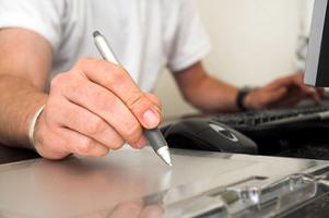 Przedsiębiorca trzymający w ręku długopis