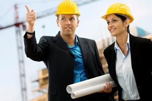 Kobieta i mężczyzna na placu budowy w kaskach