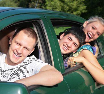 Trójka przyjaciół w jednym samochodzie