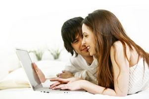 Młodzi ludzie robiący zakupy przez internet
