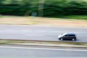 samochód jadący autostrada
