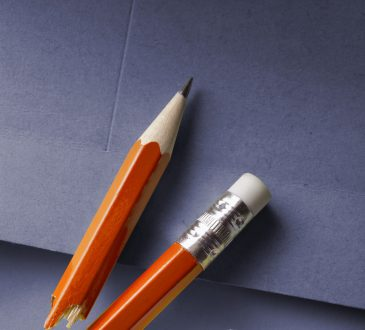 połamany ołówek i zgnieciona kartka papieru