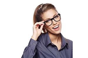 Młoda kobieta w okularach