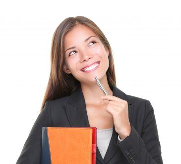 Młoda kobieta uśmiecha się