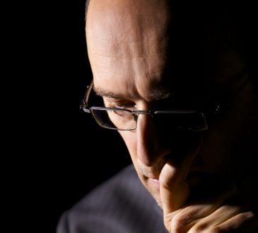 Biznesman zastanawiający się nad podjęciem decyzji