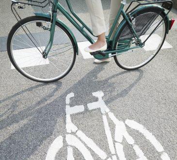 Młoda dziewczyna jedzie rowerem do pracy