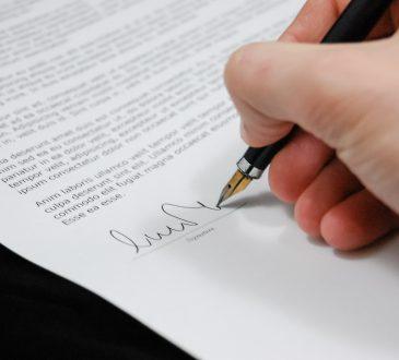 ręka podpisująca umowę