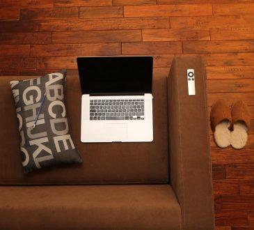 laptop na kanapie