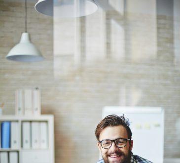 Młody przedsiębiorca przy pracy na komputerze