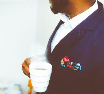 Mężczyzna w garniturze z filiżanka kawy