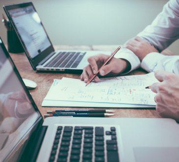 Laptopy i człowiek przy pracy
