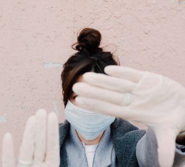 Kobieta w maseczce i rękawiczkach