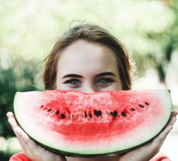 Dziewczyna z uśmiechem z arbuza